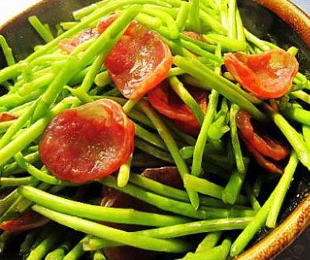 Vì sao mọi nhà ăn rau cần không nên nhúng tái?